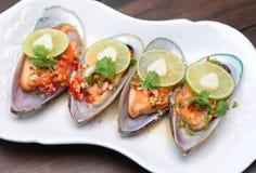 Mexilhão picante com cal e alho, alimento popular tailandês Foto de Stock Royalty Free