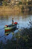 Mexilhões de travamento do pescador no lago de Ganzirri Fotos de Stock