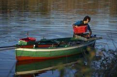 Mexilhões de travamento do pescador no lago de Ganzirri Imagens de Stock Royalty Free