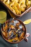 Mexilhões do marisco com aipo, alho e limão Opinião de ângulo de visão alta Fotos de Stock