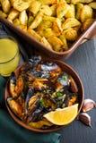 Mexilhões do marisco com aipo, alho e limão Opinião de ângulo de visão alta Fotografia de Stock Royalty Free