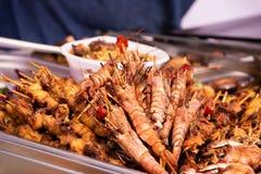 Mexilhões e camarão irritáveis grelhados do marisco no mercado fotos de stock