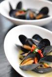Mexilhões frescos com pimentões, alho e salsa no molho de creme Bacia branca fotografia de stock royalty free