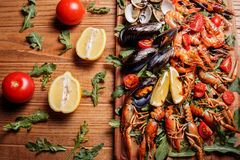 Mexilhões frescos, lagostas, camarão em uma placa de madeira Fotografia de Stock