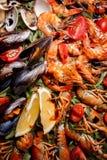 Mexilhões frescos, lagostas, camarão em uma placa de madeira Foto de Stock