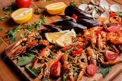Mexilhões frescos, lagostas, camarão em uma placa de madeira Fotos de Stock