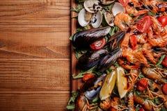 Mexilhões frescos, lagostas, camarão em uma placa de madeira Foto de Stock Royalty Free