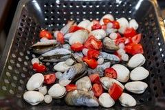 Mexilhões, marisco com tomates e cebolas em uma caçarola Foto de Stock Royalty Free