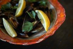 Mexilhões no gelo pronto para cozinhar com o jpg do limão e do vinho branco Imagem de Stock Royalty Free