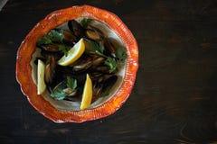 Mexilhões no gelo pronto para cozinhar com o jpg do limão e do vinho branco Imagem de Stock
