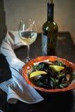 Mexilhões no gelo pronto para cozinhar com o jpg do limão e do vinho branco Fotografia de Stock Royalty Free