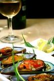 Mexilhões verdes e vinho branco Foto de Stock