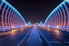 Meydaan bro i Dubai med futuristisk sikt Royaltyfri Fotografi