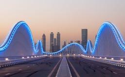 Meydan-Brücke nachts, Dubai Stockfoto
