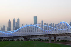 Meydan bro i Dubai på natten Royaltyfria Foton