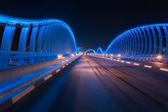 Meydan bro på natten med härliga blåa ljus Royaltyfri Bild