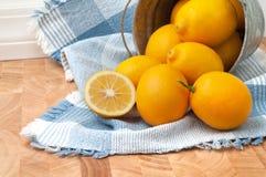 Meyer citroner som faller ut ur en hink Arkivbild