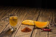 Mezcal που πυροβολείται με τις πορτοκαλιά φέτες και το άλας σκουληκιών Μεξικάνικο ποτό Στοκ Εικόνα