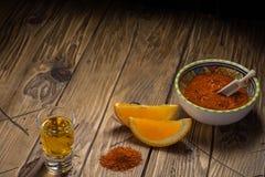 Mezcal που πυροβολείται με τις πορτοκαλιά φέτες και το άλας σκουληκιών Μεξικάνικο ποτό Στοκ Φωτογραφία