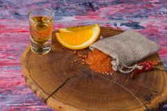Mezcal - bebida alcohólica fuerte mexicana tradicional con las rebanadas, la sal del gusano y el papper anaranjados del chile en  Foto de archivo libre de regalías