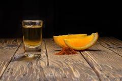 Mezcal disparou com fatias e sal alaranjados do sem-fim Bebida mexicana foto de stock