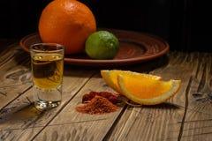 Mezcal met oranje plakken en wormzout dat wordt geschoten royalty-vrije stock foto