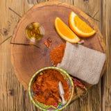 Mezcal schoss mexikanisches Getränk mit orange Scheiben, Paprikapfeffer und Wurmsalz in Oaxaca Mexiko Beschneidungspfad eingeschl Lizenzfreie Stockfotos