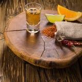 Mezcal strzału meksykański napój z plasterkami, chili pieprz, dżdżownicy sól w Oaxaca Mexico, i Zdjęcia Stock
