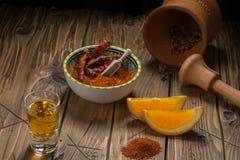 Mezcal strzału meksykański napój z pomarańcze plasterkami, chili i dżdżownicy solą w Oaxaca Mexico, Zdjęcia Stock