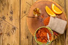 Mezcal strzału meksykański napój z pomarańcze plasterkami, chili pieprzem i dżdżownicy solą w Oaxaca Mexico, Odgórny widok z kopi Obraz Royalty Free