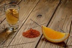 Mezcal tiró con las rebanadas y la sal anaranjadas del gusano Bebida mexicana Fotografía de archivo libre de regalías
