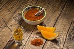 Mezcal tiró con las rebanadas y la sal anaranjadas del gusano Bebida mexicana Foto de archivo