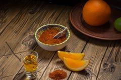 Mezcal tiró con las rebanadas y la sal anaranjadas del gusano Bebida mexicana Fotos de archivo libres de regalías