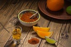 Mezcal tiró con las rebanadas y la sal anaranjadas del gusano Bebida mexicana Imágenes de archivo libres de regalías