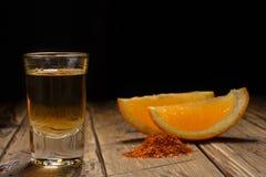 Mezcal tiró con las rebanadas y la sal anaranjadas del gusano Bebida mexicana Fotos de archivo