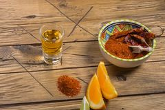 Mezcal tiró con las rebanadas y la sal anaranjadas del gusano Bebida mexicana Imagen de archivo