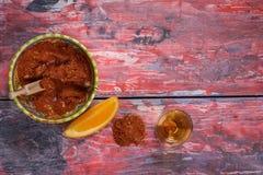Mezcal tiró con las rebanadas y salti anaranjados del gusano Bebida alcohólica mexicana Imágenes de archivo libres de regalías