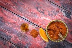 Mezcal tiró con las rebanadas y salti anaranjados del gusano Bebida alcohólica mexicana Imagen de archivo libre de regalías