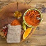Mezcal tiró la bebida mexicana con las rebanadas de la naranja y de la cal, la pimienta de chile y la sal del gusano en Oaxaca Mé Imágenes de archivo libres de regalías