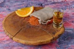 Mezcal tiró la bebida mexicana con la sal anaranjada de las rebanadas, del chile y del gusano en Oaxaca México Fotografía de archivo