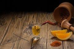 Mezcal tiró la bebida mexicana con la sal anaranjada de las rebanadas, del chile y del gusano en Oaxaca México Imagenes de archivo