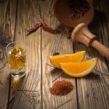 Mezcal tiró la bebida mexicana con la sal anaranjada de las rebanadas, del chile y del gusano en Oaxaca México Imagen de archivo libre de regalías