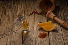 Mezcal tiró la bebida mexicana con la sal anaranjada de las rebanadas, del chile y del gusano en Oaxaca México Fotos de archivo