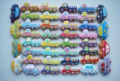 Mezcla única, colorida de la Navidad Honey Cookies adornado temático en la forma del coche Fotografía de archivo