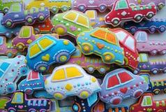 Mezcla única, colorida de la Navidad Honey Cookies adornado temático en la forma del coche Imagen de archivo