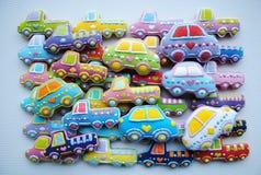 Mezcla única, hecha en casa, colorida de Honey Cookies en la forma del coche Fotos de archivo libres de regalías