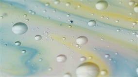 Mezcla abstracta del color en leche y aceite con la burbuja metrajes