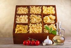 Mezcla clasificada de las pastas en rectángulo de madera Fotos de archivo libres de regalías