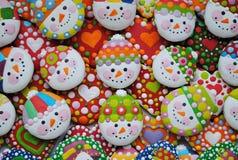 Mezcla colorida de Honey Cookies, de corazón y de muñeco de nieve formados Fotografía de archivo