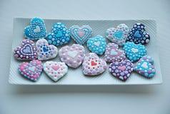 Mezcla colorida de Honey Cookies en una placa blanca, colorido, en forma de corazón Imagen de archivo libre de regalías